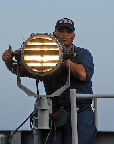 Сигнальный прожектор как способ связи